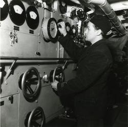 En man vid maskintelegrafen ombord på ubåten Sjöhästen 1949.