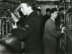 Besättningsmän i maskin på en ubåt under 1:a ubåtsdivisionen