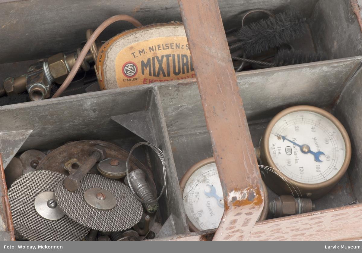 Verktøykasse m. hank Verktøykasse med bl.a. 2 trykkmålere, regulatorer, pakninger, saks, koster, tenger, slipepapir, muttere, skruer.