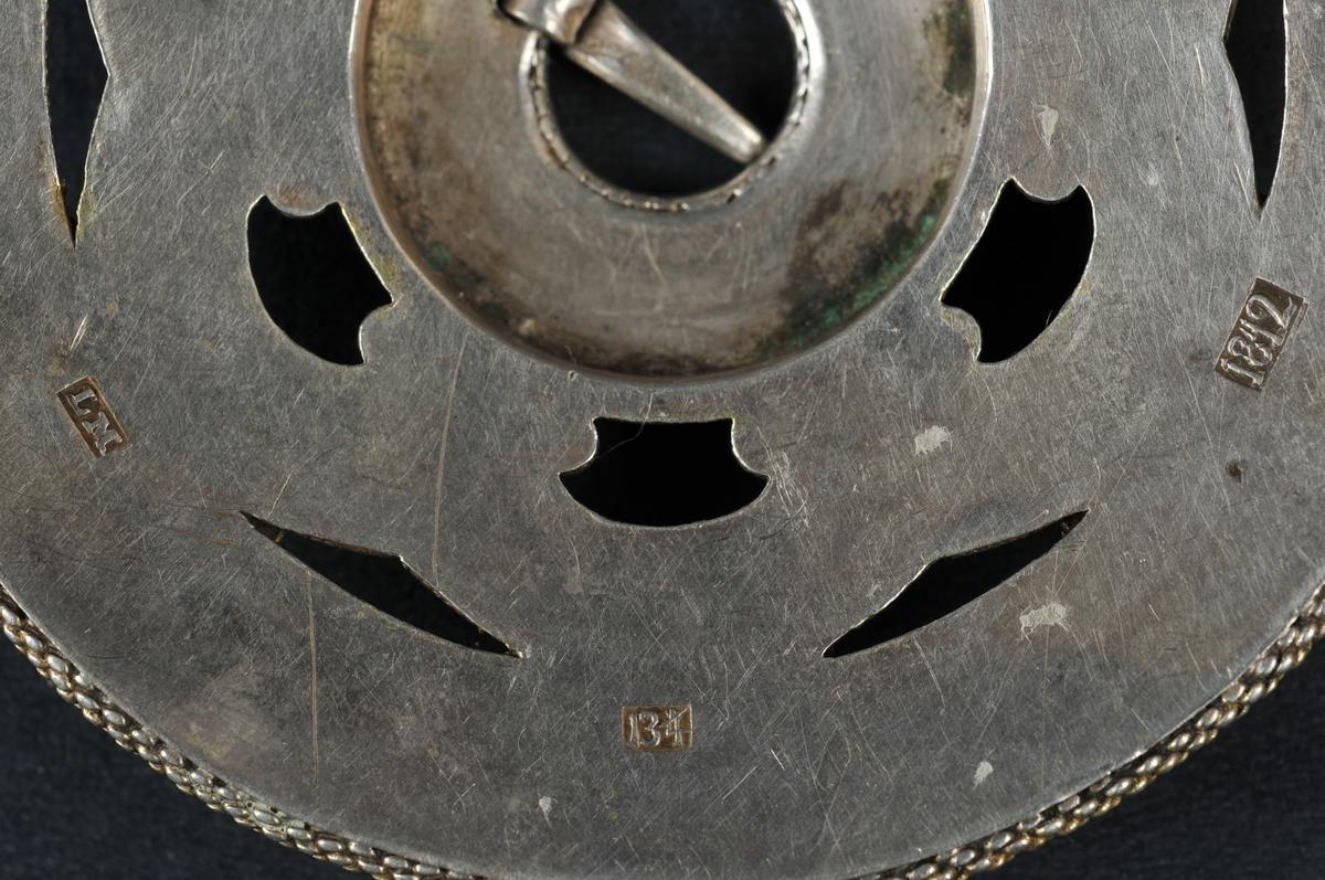 Sylje i filigran, gylt, laus torn. Stempla på baksida.
