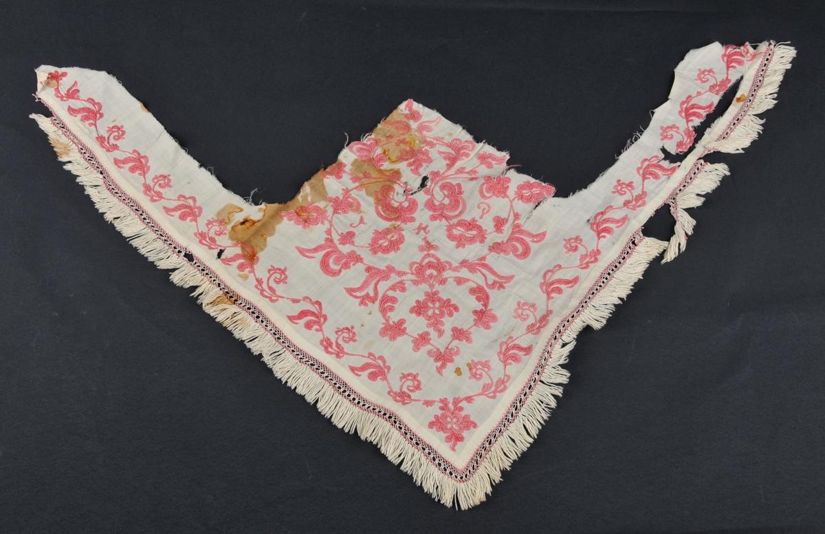 Del av skaut, brodera i rosesaum (plattsaum) med påsydd blonde i Telemarksbinding og med frynser. Slikt vart ofte bruka av jentene til konfirmasjon.
