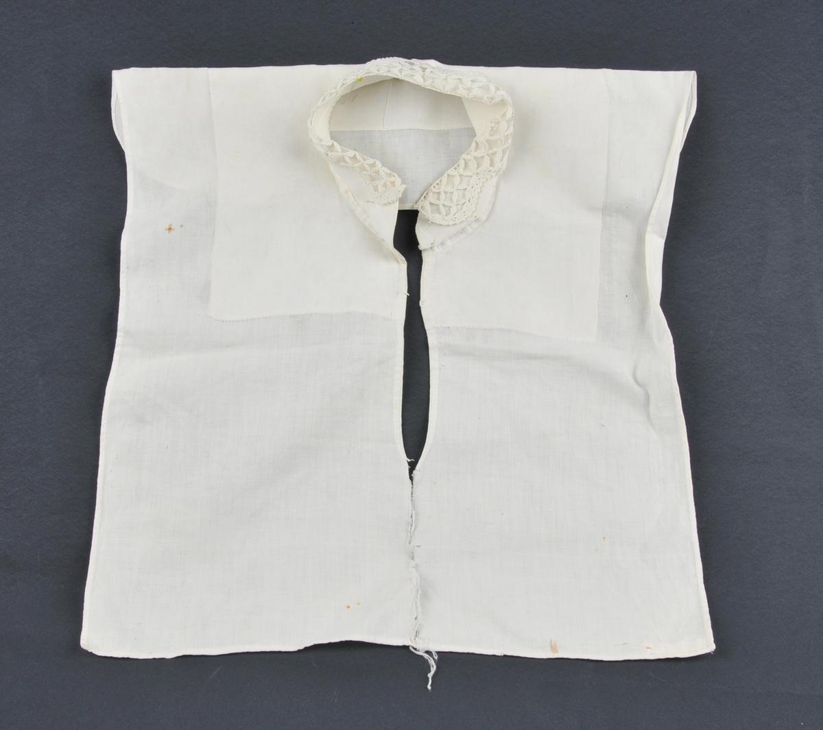Skjortebryst med krage. Opphaveleg splitt framme, nå revna heilt ned. Hekla krage som utgjer halve kragebreidda.