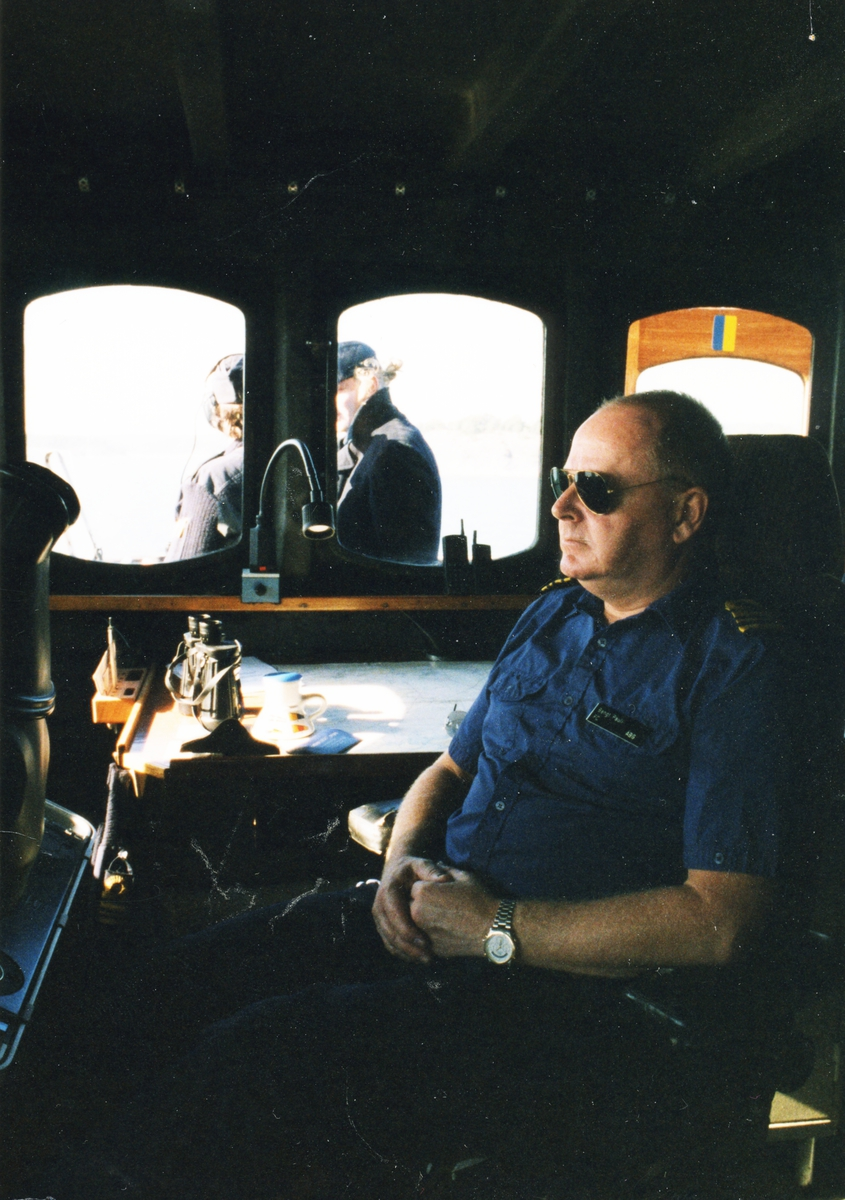 Sittande ombord Bengt Pauli i styrhytten.