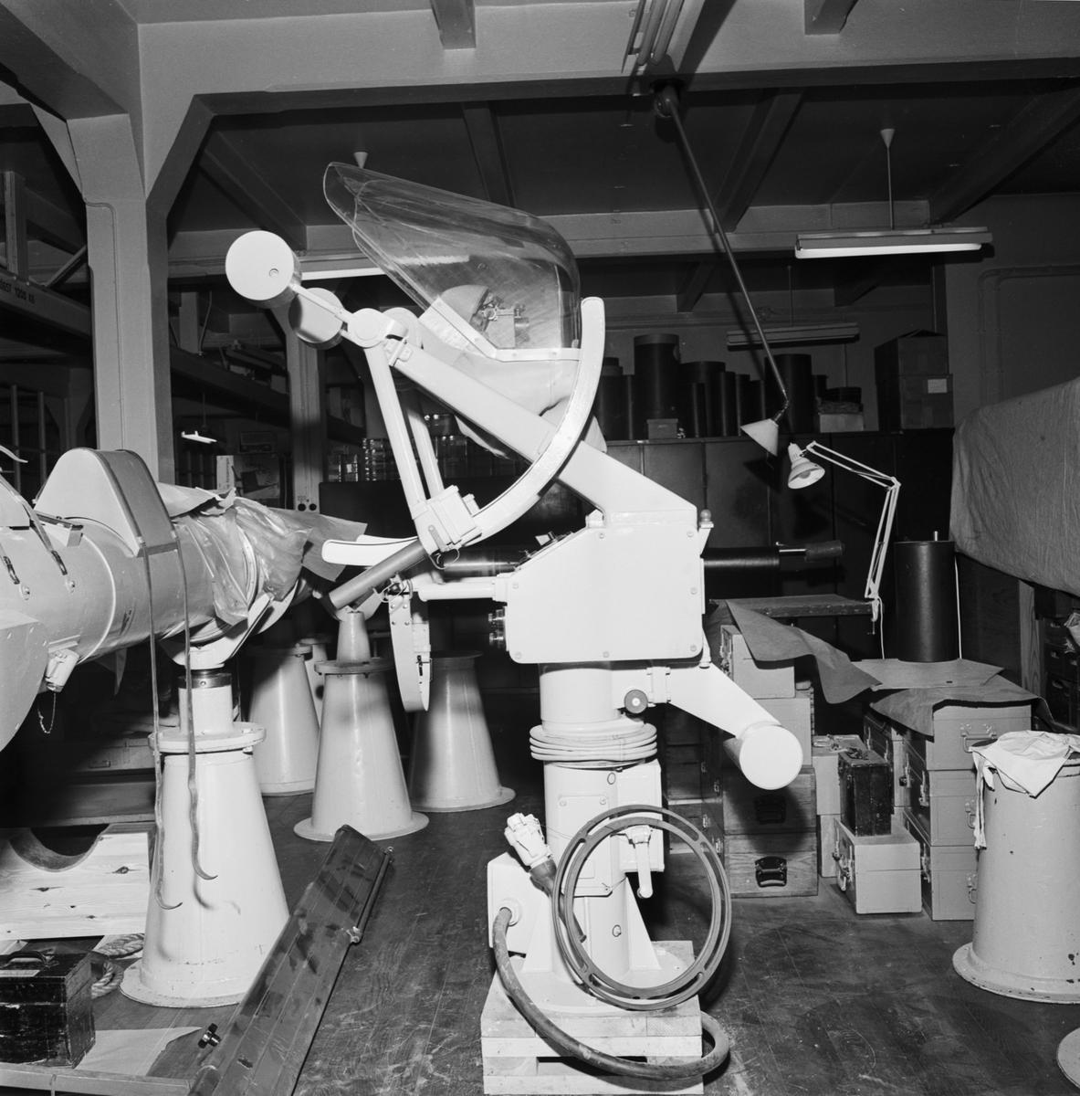 Övrigt: Foto datum: 4/6 1964 Verkstäder och personal. Sikte (Opt.verkstan). Närmast identisk bild: V28733, ej skannad