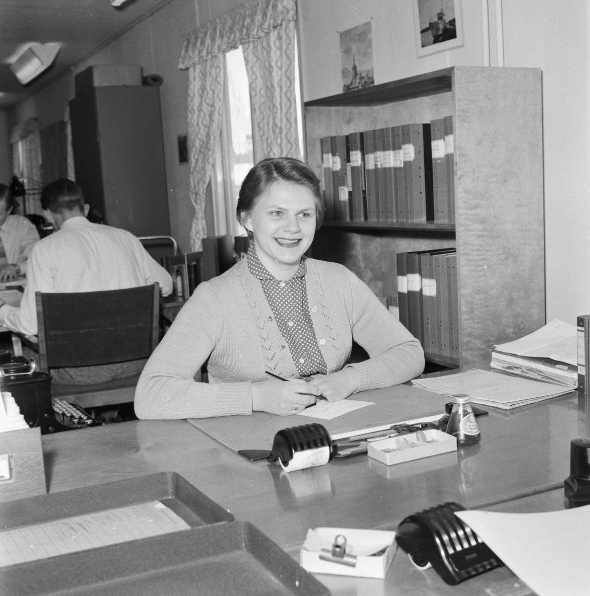 Övrigt: Foto datum: 27/4 1955 Byggnader och kranar Personal i nybyggt kontor