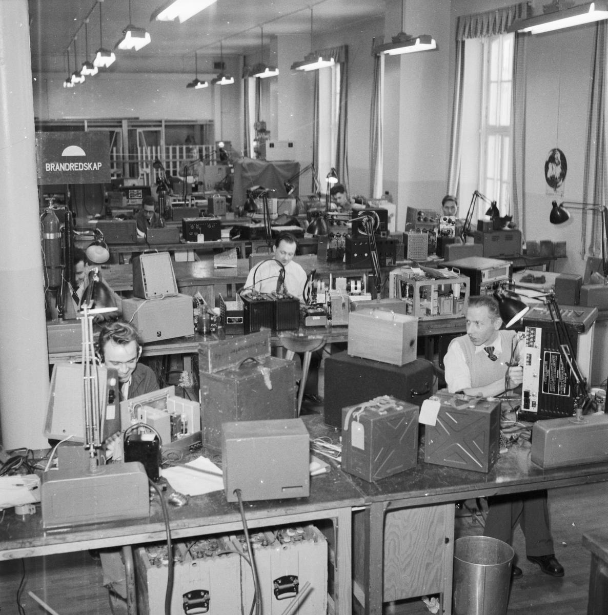 Övrigt: Foto datum: 3/2 1956 Byggnader och kranar Televerkstan interiör. Närmast identisk bild: V8659, ej skannad