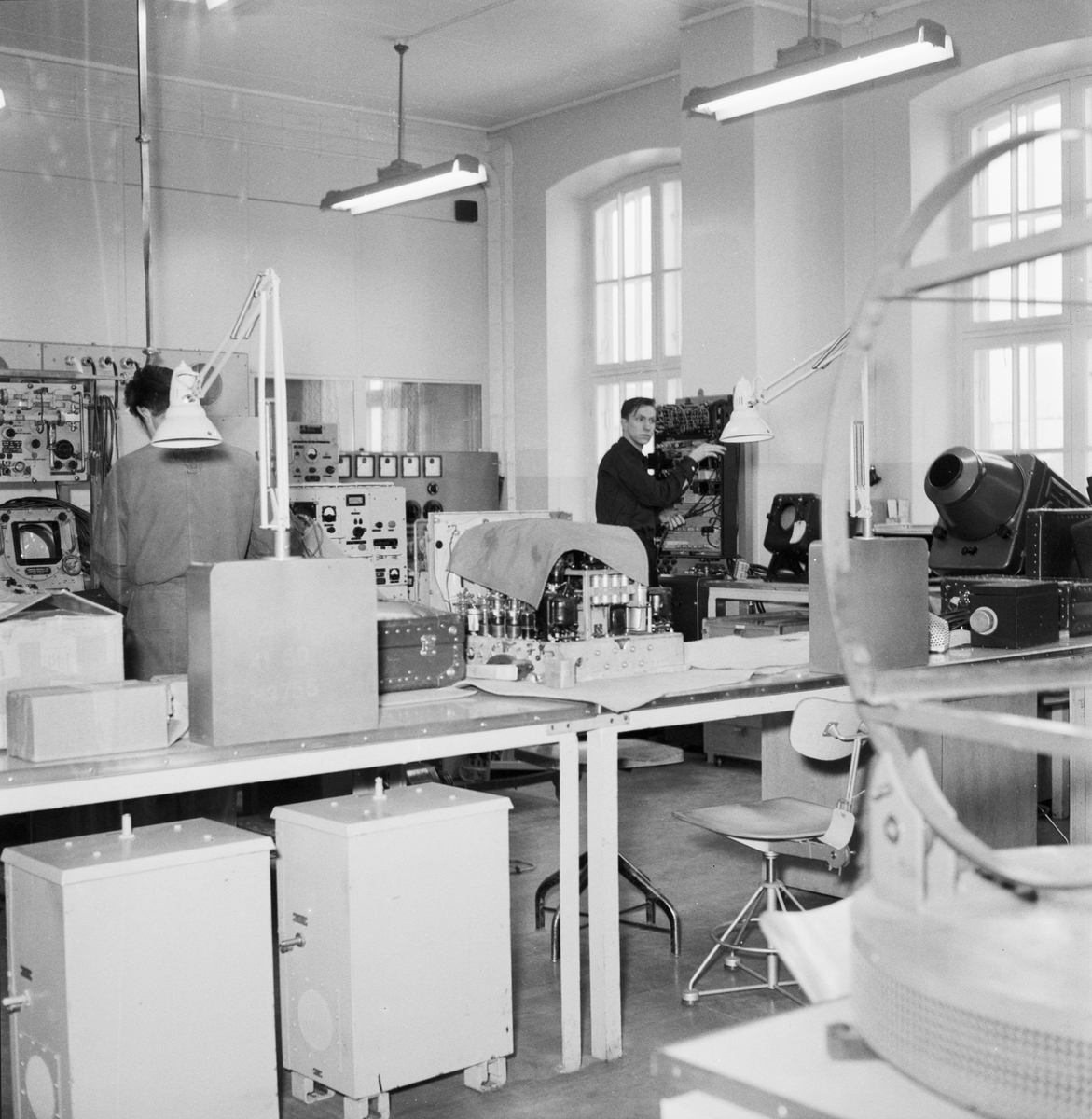 Övrigt: Foto datum: 3/2 1956 Byggnader och kranar Televerkstan interiör