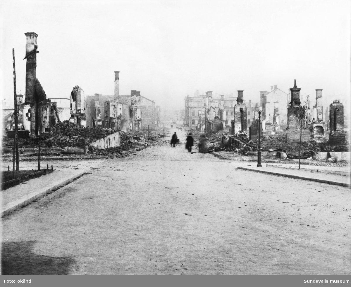 Vy efter stadsbranden 1888. Kyrkogatan österut.