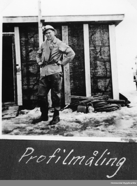 Sverre Søgnen driv profilmåling ved Vavatn i Hemsedal under kraftutbygginga i 1960