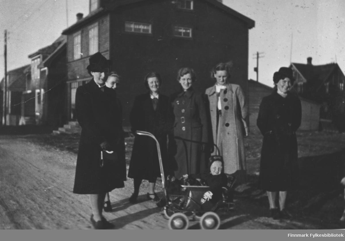 Bildet er tatt i 'værret' i 1939. Fra venstre: Jenny Andreassen, Åse Schanche, Ruth Nilssen, Gunvor Andersen, Henriette Schanche og Lilly Rolfsen. Babyen i forgrunnen muligens Tove Schanche.