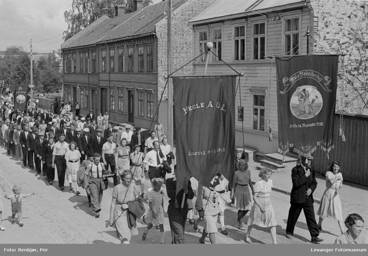Hegle Arbeidernes Ungdumslag deltar i  arrangementet til inntekt for heltefondet sommeren 1945.