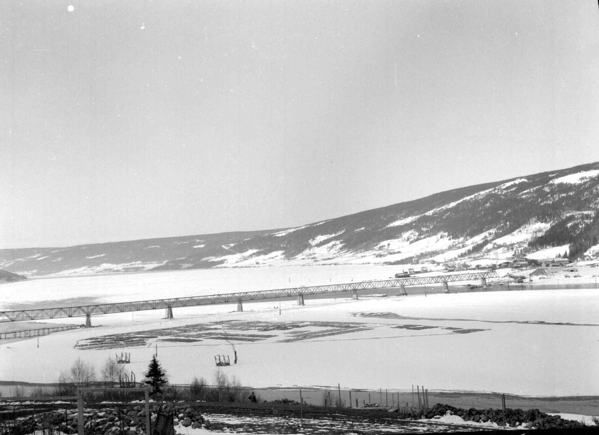 Vingnesbrua under bygging. Motiv mot Vingnes, og Lillehammer. Berget. Tømmerfløting.