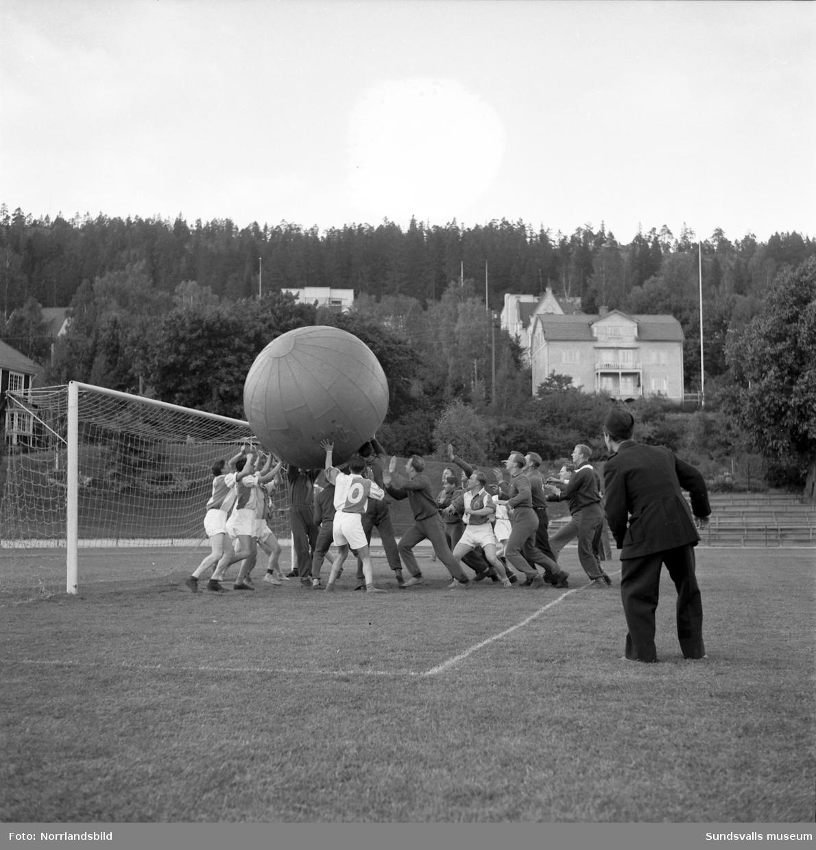Det var festligt värre i Idrottsparken hösten 1952 då 900 besökare introducerades för det i Sundsvall nya sportfenomenet pushboll. En gigantisk boll med en diameter på 183 centimeter hade så att säga huvudrollen och i premiärmatchen möttes Brandkåren och GIF Sundsvall. Slutresultatet 8-0 för Brandkåren vittnar väl om att traditionell fotbollsteknik inte var framgångsrika kunskaper i denna variant av bollsport. I lokalpressens referat framgick att de atletiska brandmännen senare besegrade även Järnvägen (9-0) och att hjälten i laget hette Sven Erik Eriksson, vilken på egen hand fixade en fempoängare.