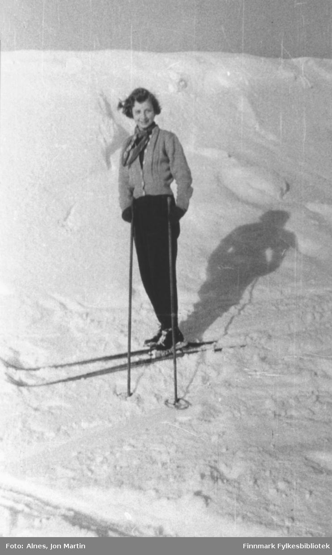 Janne Håkonsen på ski på jordet nedenfor kirkegården i Øksfjord, påsken 1954