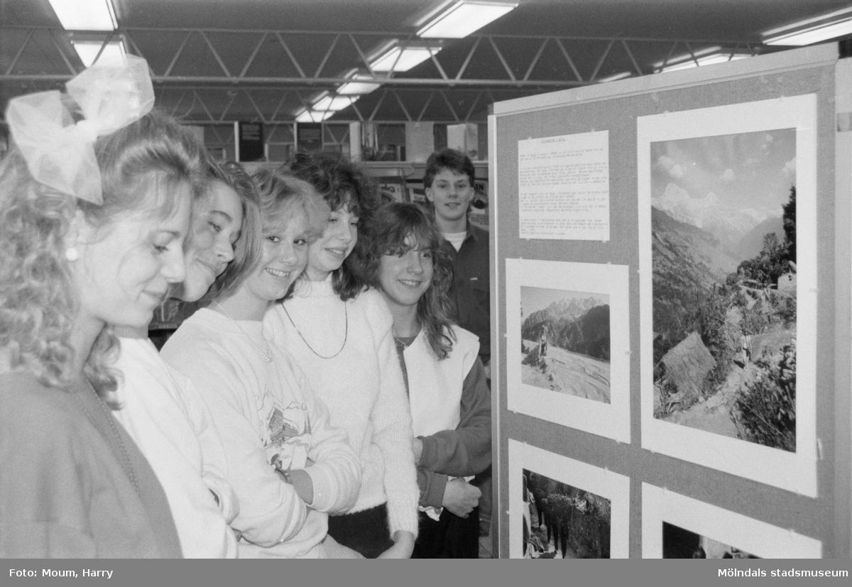 """Fotoutställningen """"Intryck från en resa i Asien"""" på Lindome bibliotek, år 1985. """"Klass 8C från Almåsskolan, som ligger vägg i vägg med Lindome bibliotek, tittar på de vackra naturbilderna från Nepal.""""  För mer information om bilden se under tilläggsinformation."""