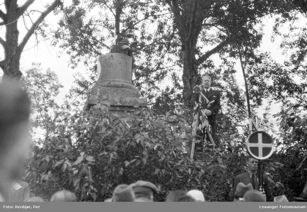 Fra nasjonals samlings riksmøte på Stiklestad i 1934. Quisling taler.