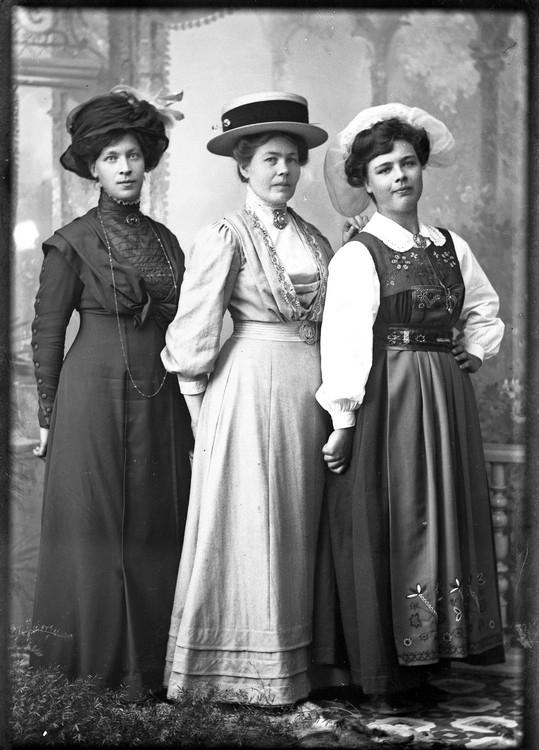 Porträtt av tre kvinnor