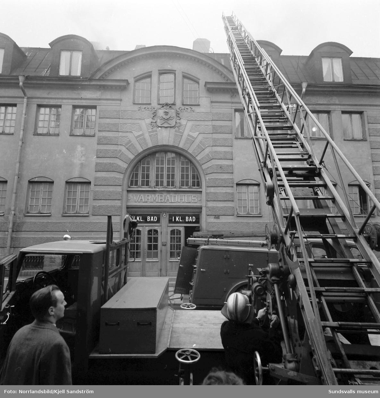 Brandkåren bekämpar en vindsbrand på gamla badhuset vid Kyrkogatan i centrala Sundsvall.