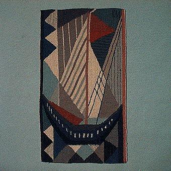 Bildväv med en stiliserad segelbåt. Båten är blå med vita segel och en brunröd vimpel i masten. Himmel och hav är uppdelade i trekanter och fyrkanter i olika blå, grå och vita nyanser. Monterad med langettkant. Varp av lingarn och inslag av ullgarn