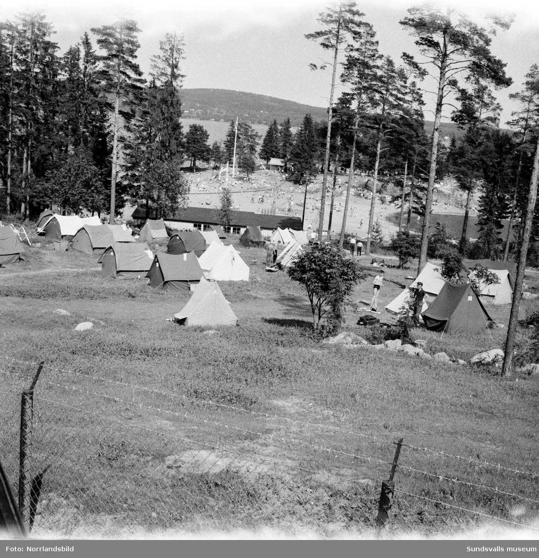 Turistinvasion vid tältplatsen i Fläsian.