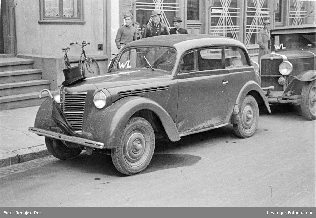 Opel Kadett med flosshatt på panseret og paraply foran grillen