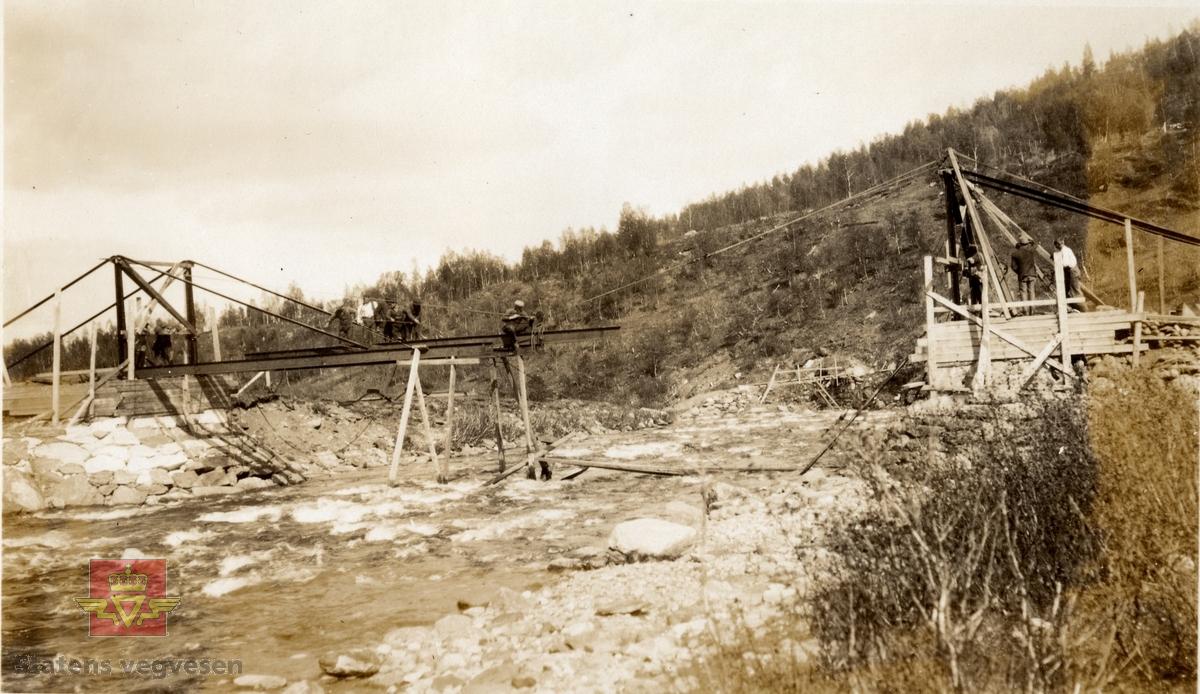 Gamle Skøelvdal  bru under oppbygging. År 1920. Se Vedlegg i Nedlastinger og Relaterte objekter lenger ned på siden.