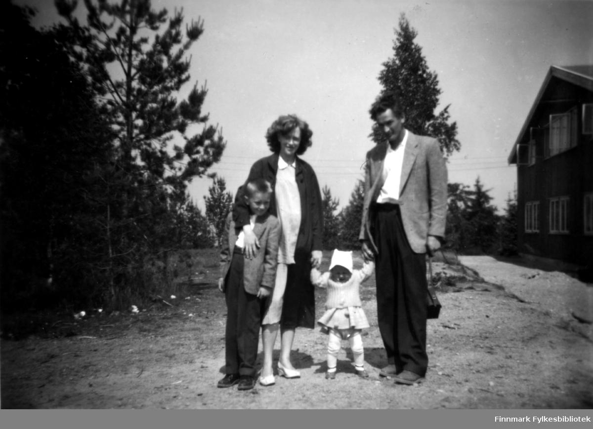 Fotografi av Berhard Stenbakk med familie, fotografert i Skien og datert 1959.