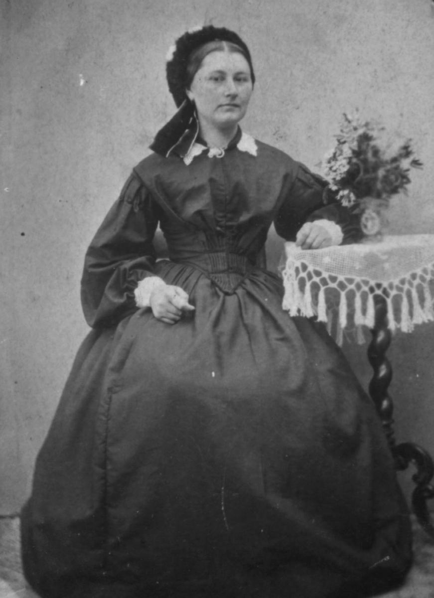 Portrett av en sittende kvinne, Elisabeth Johnsen, Thorshavn, Færøyene