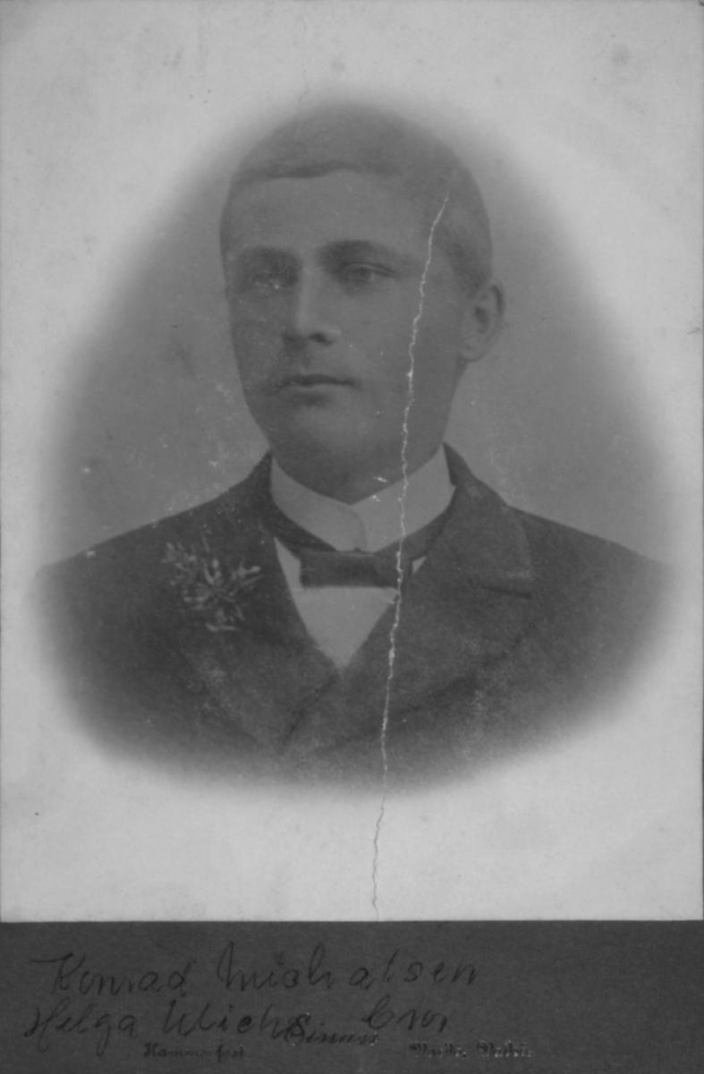 Portrett av en ung mann, Konrad Julius Michaelsen. Han var sønn av havnefogd og tollbetjent i Vadsø Michael Julius Michaelsen og hans andre hustru Petrine Pauline