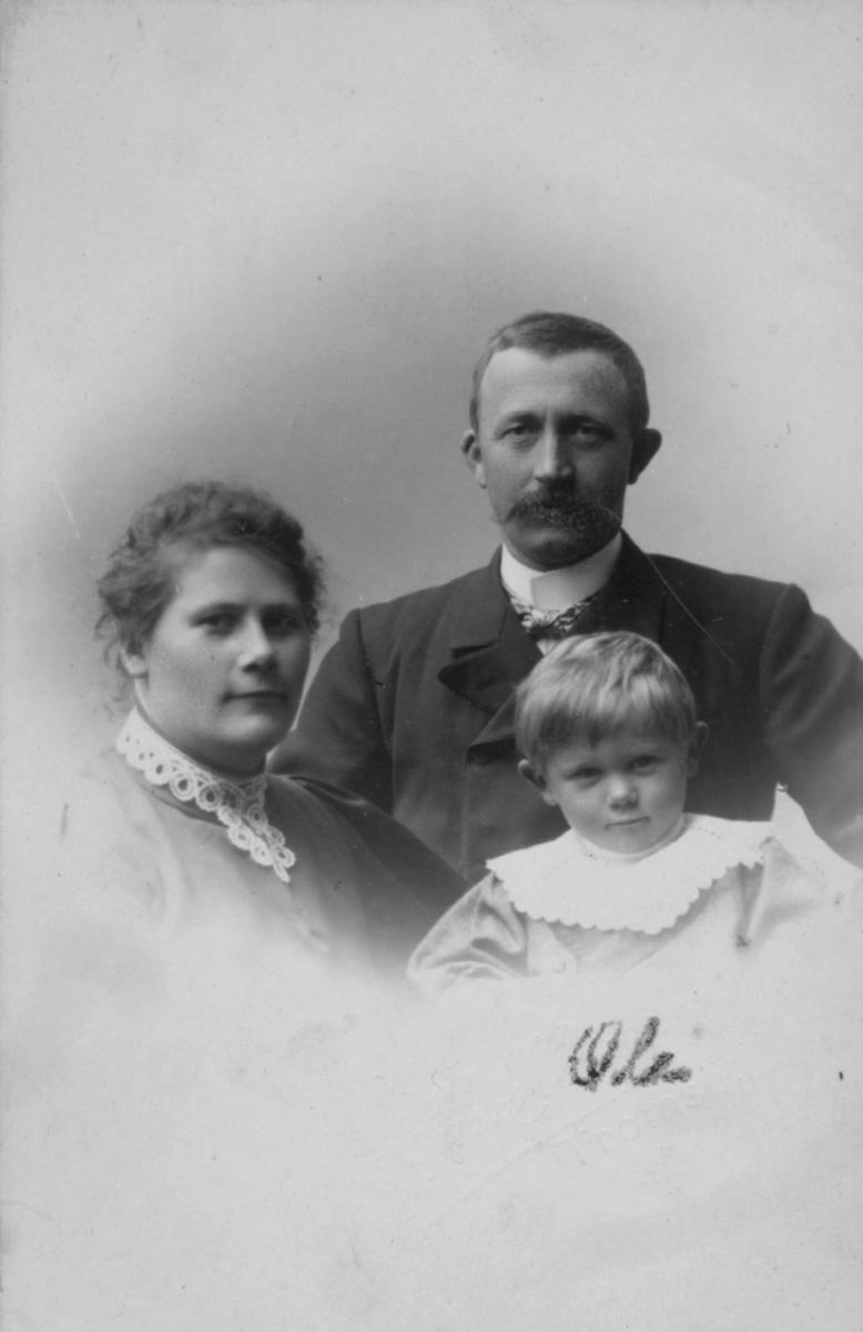 Familieportrett: Margrethe Rasch, f. Michaelsen sammen med ektemannen Gjerdt Rasch deres sønn Ole