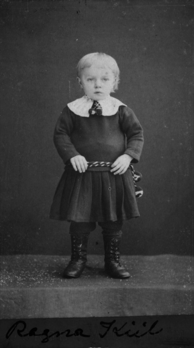 Portrett av ei lita jente, Ragna Kiil, datter av landhandler og postekspeditør Theodor Kiil og hustru Marie på Skjervøy