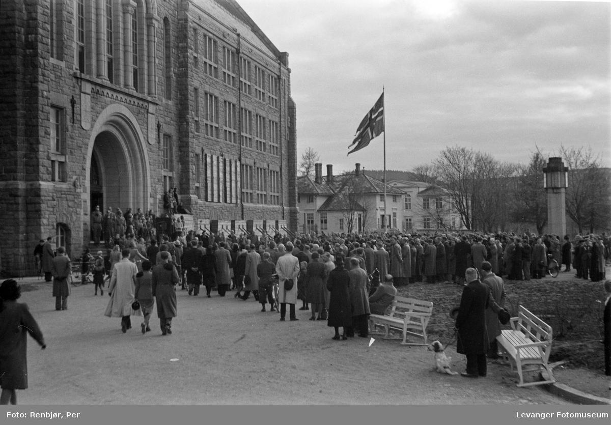 Fredsvåren, ansamling av mennesker på NTH på morgene den 8.5.1945.