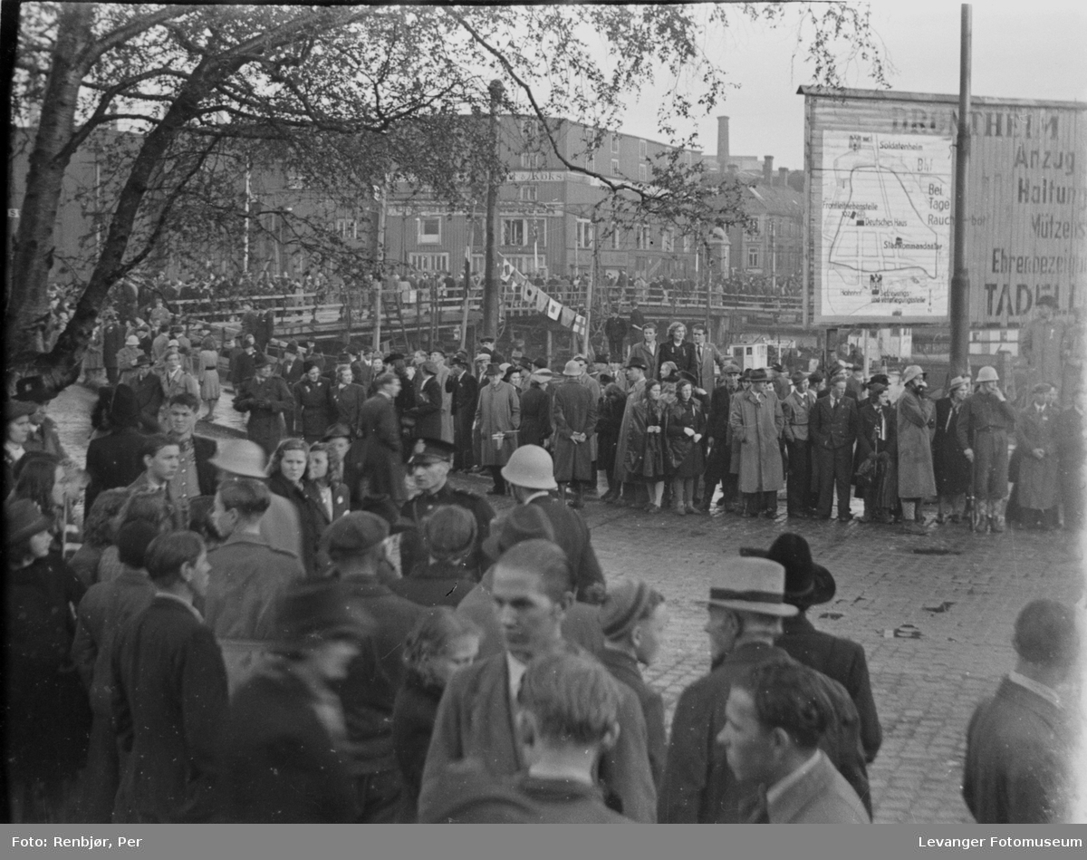 Menneskemende og flagg, polititropper ankommer til Trondheim, fredsvåren.
