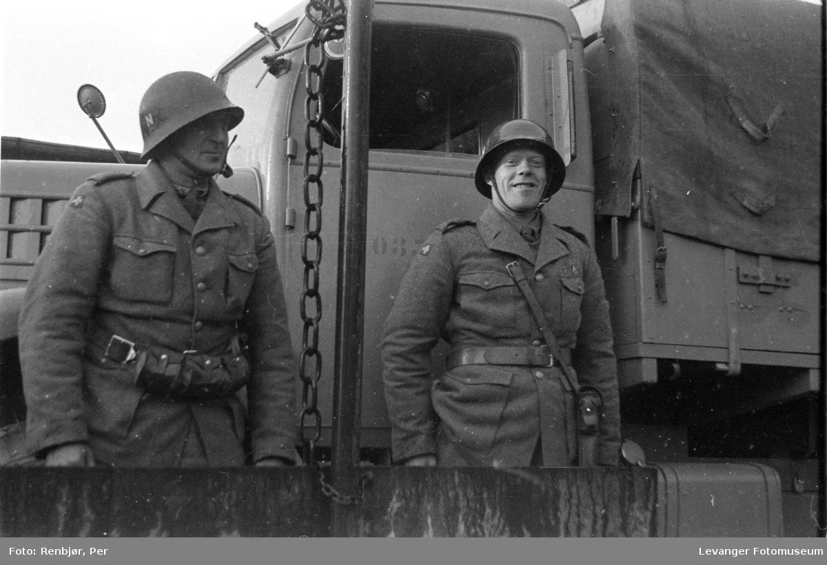 To soldater som tilhørte polititroppene da de ankommer til  Trondheim fredsvåren.