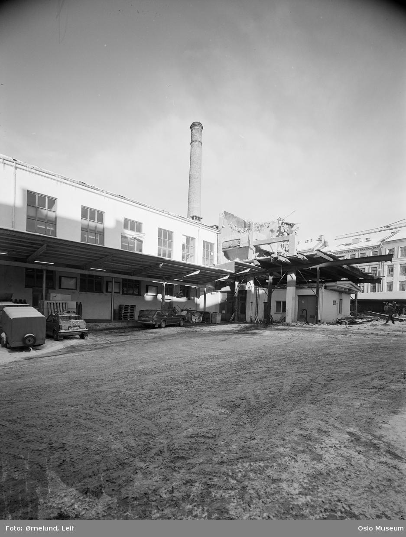 fabrikkbygning, gårdsinteriør, rivningsarbeid, biler, menn, bygårder