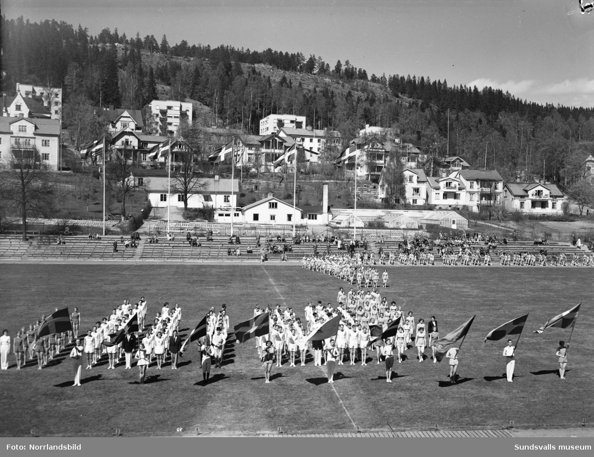 Inmarsch och uppställning i Idrottsparken inför tävlingar eller uppvisning i gymnastik.