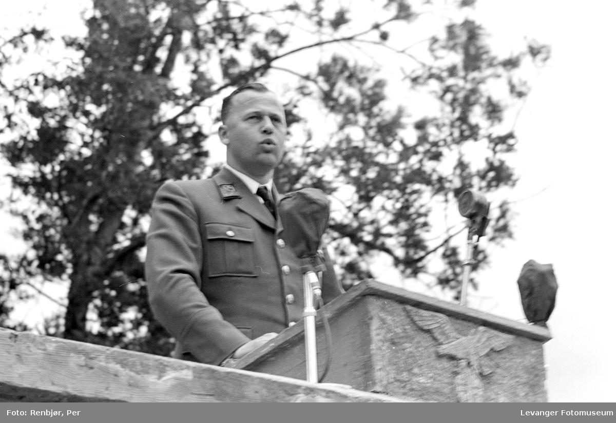 Fra Nasjonal Samlings stevne, riksmøte, på Stiklestad 1944. Tysk offiser holder tale.