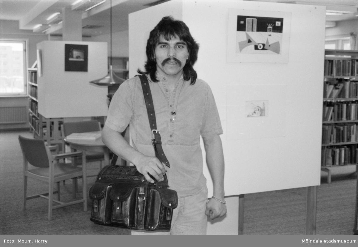 """Samlingsutställning på Kållereds bibliotek, år 1985. """"Richard Rivera från Chile.""""  För mer information om bilden se under tilläggsinformation."""