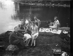 Karin Krantz med vänner på utflykt vid en sjö, Uppsala sent