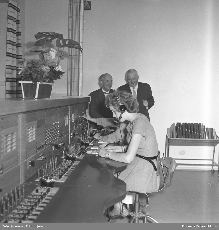 Tre personer på rikstelefonsentralen i Alta. Tidspunkt er ca. 1958-1960. Mannen til venstre er telegrafbestyrer Gunnar Ballo og ved siden av han sitter Ole Lyng. Damen foran er ukjent. Her er det nummerskiver på sentralbordet på hver ekspedisjonsplass. Riksbordene ble (antakelig) installert samtidig med Bossekop manuelle som var ført i telefonkatalogen som Alta sentral og Elvebakken sentral ble og automatisert. Det var ikke fjernvalg den gangen, så de formidlet Rikstelefonsamtaler for de abonnenter som var automatisert og svarte og på samtaler og formidlet samtaler fra nærliggende manuelle sentraler; og langlinjer østover i fylket og videre til Tromsø og Oslo hadde de linjer. Den var betjent enda i 1975. Storslett var enda ikke automatisert. Noe senere overtok Hammerfest all riksekspedering etter at Vadsø ble lagt ned i jan./feb. i 1978. Til slutt ble Rikstelefonen i Hammerfest lagt ned i 1986, og all riksekspedering ble overtatt av Narvik. Og i løpet av 1990 - tallet ble Rikstelefonen lagt ned.