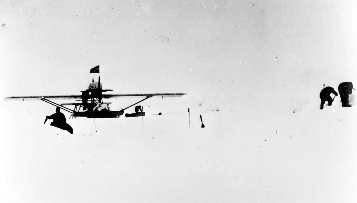"""Ett fly, Dornier-Wal, """"N-25"""", på isen. Noen personer ved flyet."""
