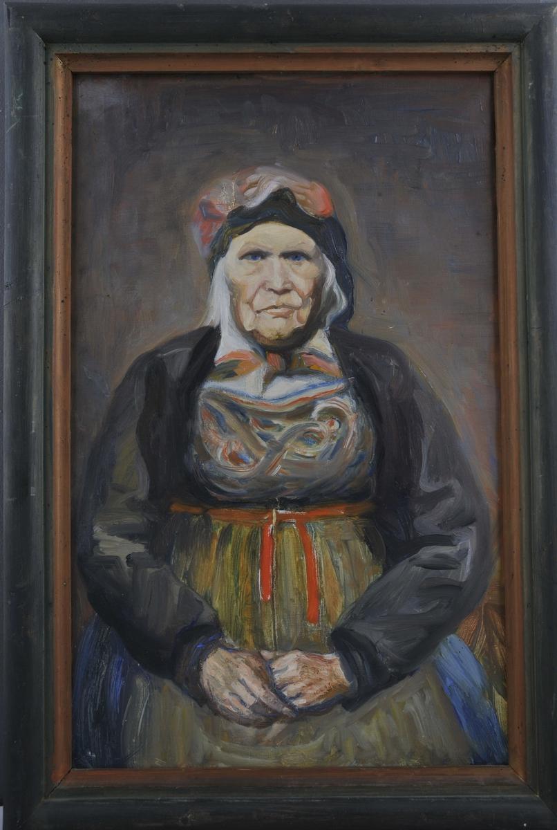 Portrett av ei eldere kvinne i bunad; ho sit og hendane kviler i fanget.