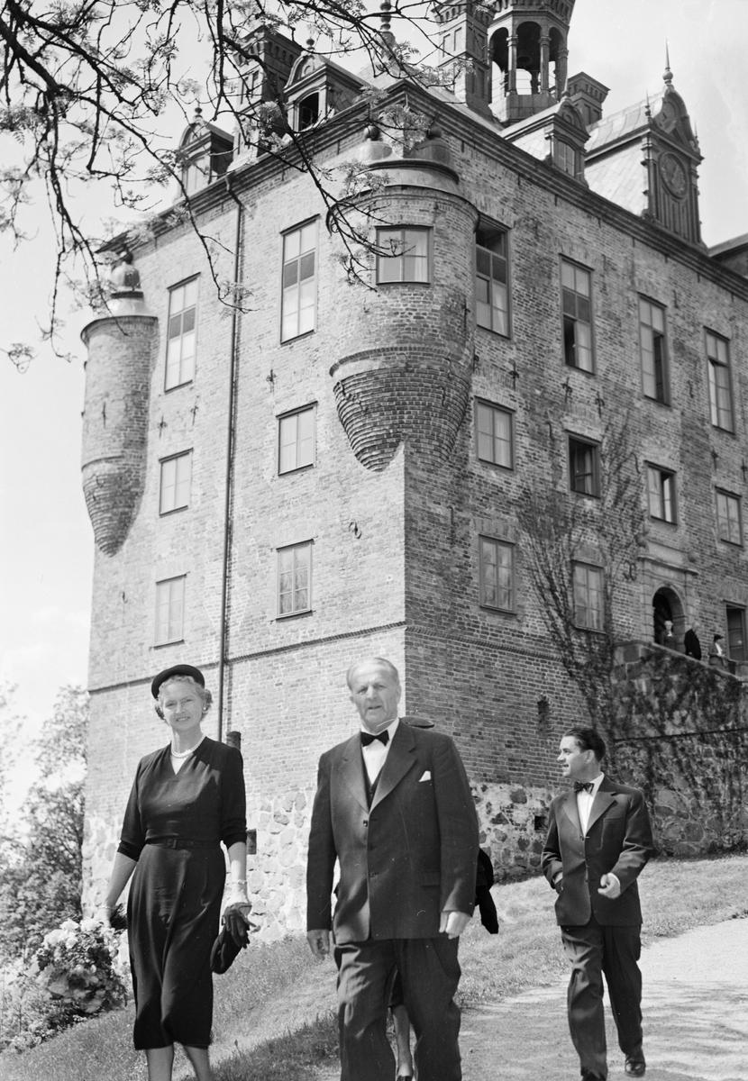 Hörselfrämjandet - prinsessan Sibylla och Uppsala läns landstings ordförande Arthur E Elmroth, Wiks slott, Balingsta socken, Uppland 1954
