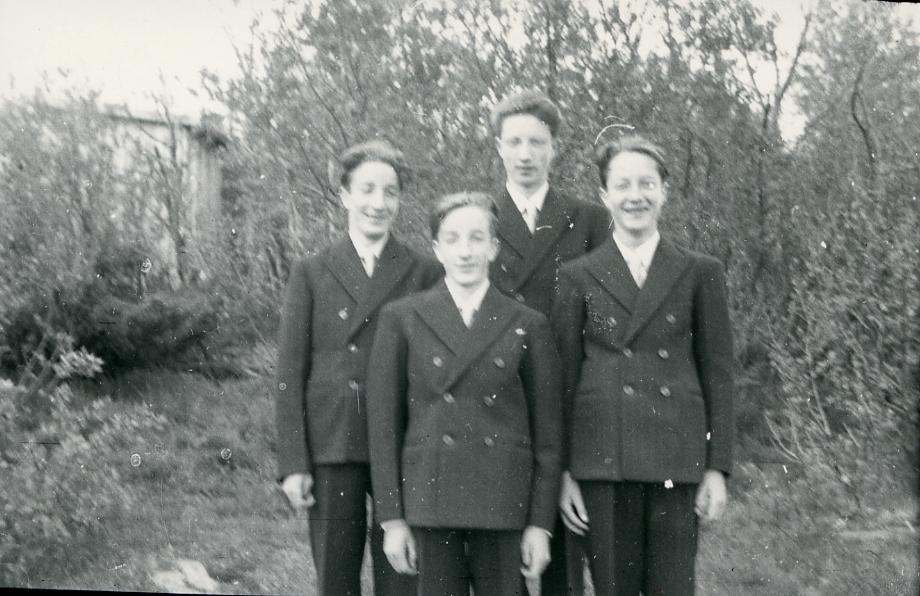 """Fra venstre Ivar, Reidar Øystein og Olav Sørbø. """"Fire brør som vart konfirmert samstundes"""""""