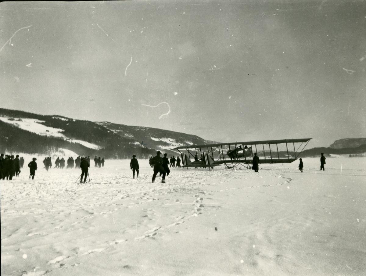 Mennesker og fly på islagte Strandefjorden. Flyskole