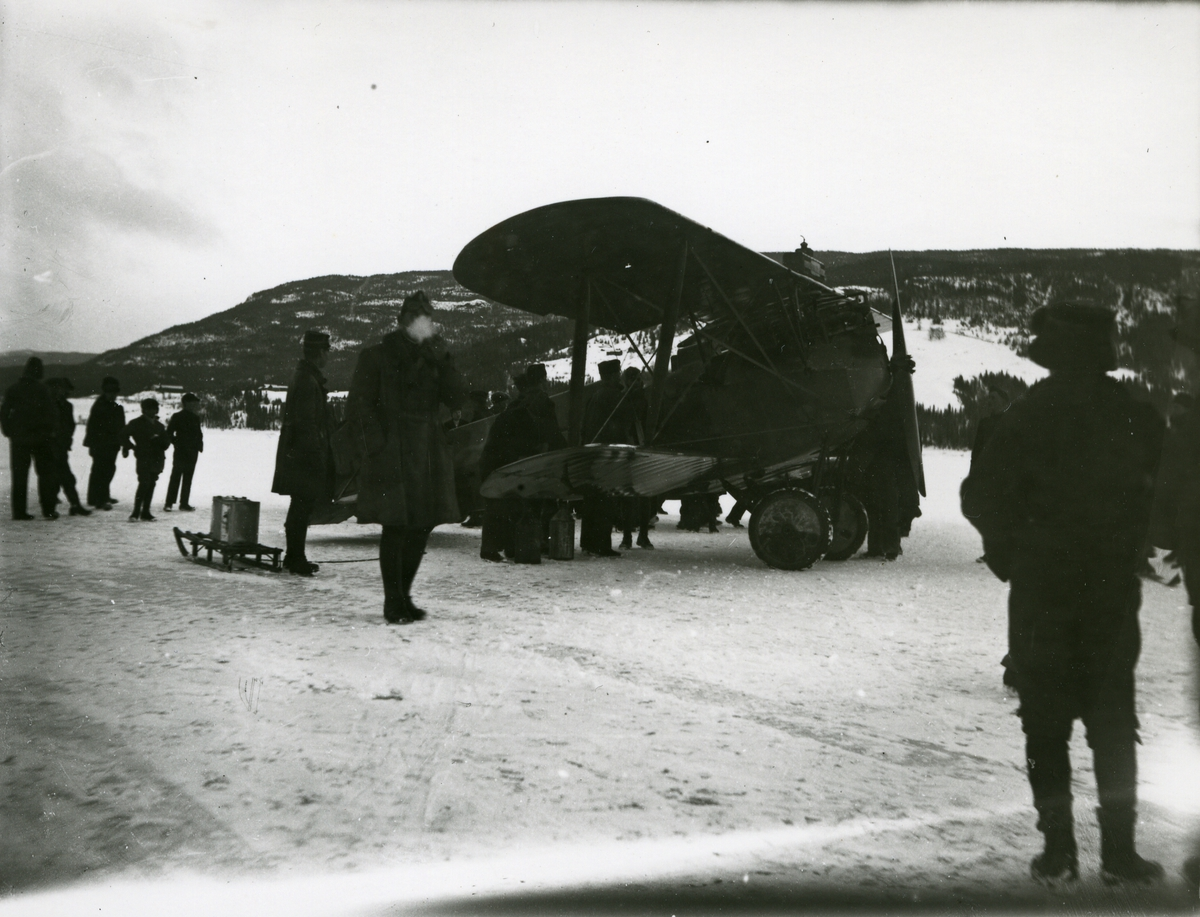 Flyskole på Strandefjorden. Mennesker og fly