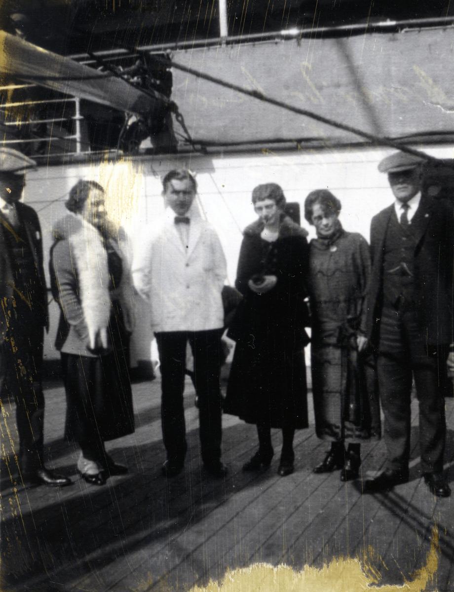 Tre kvinner og tre menn på Amerika-båt