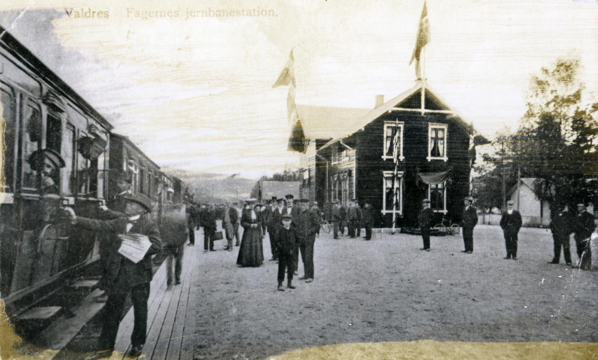 Tog og menneske på Fagernes stasjon