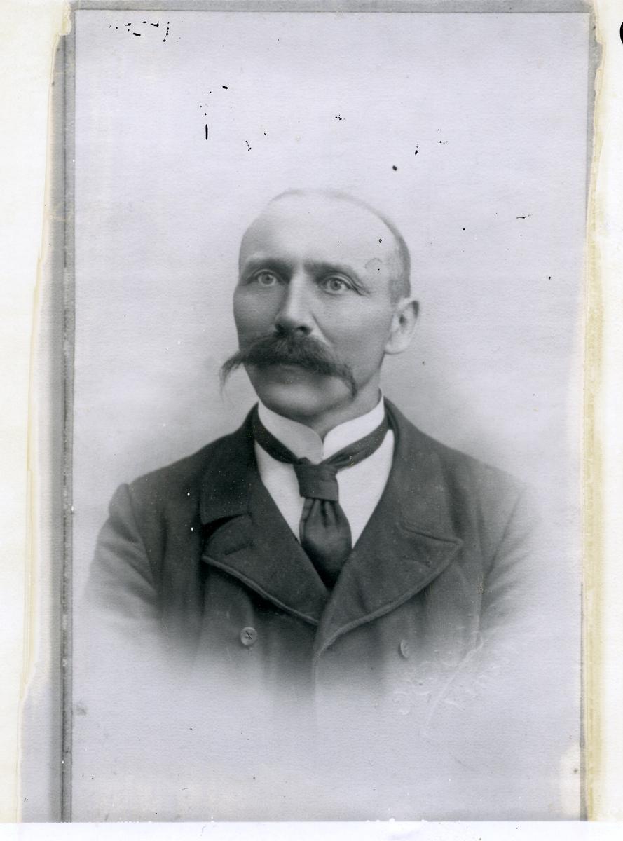 Brystportrett av rosemålaren Reidar O. Skattebu