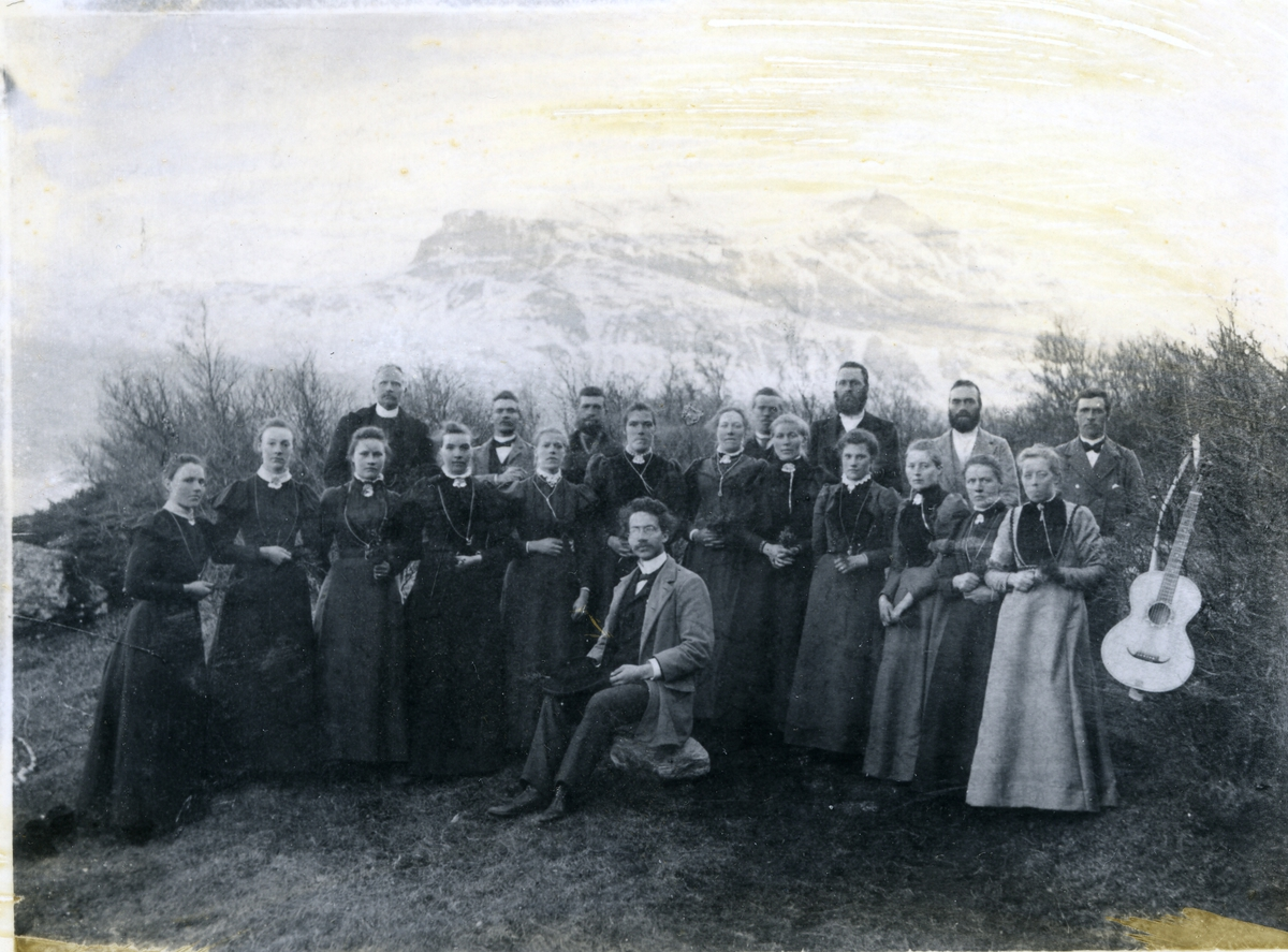 Gruppebilde av medlemmer av Vennis sangforening. Dirigent (foran) er Torgeir Høverstad. Utvandret til Amerika. Presteutdannet i Minneapolis. 1899-1900